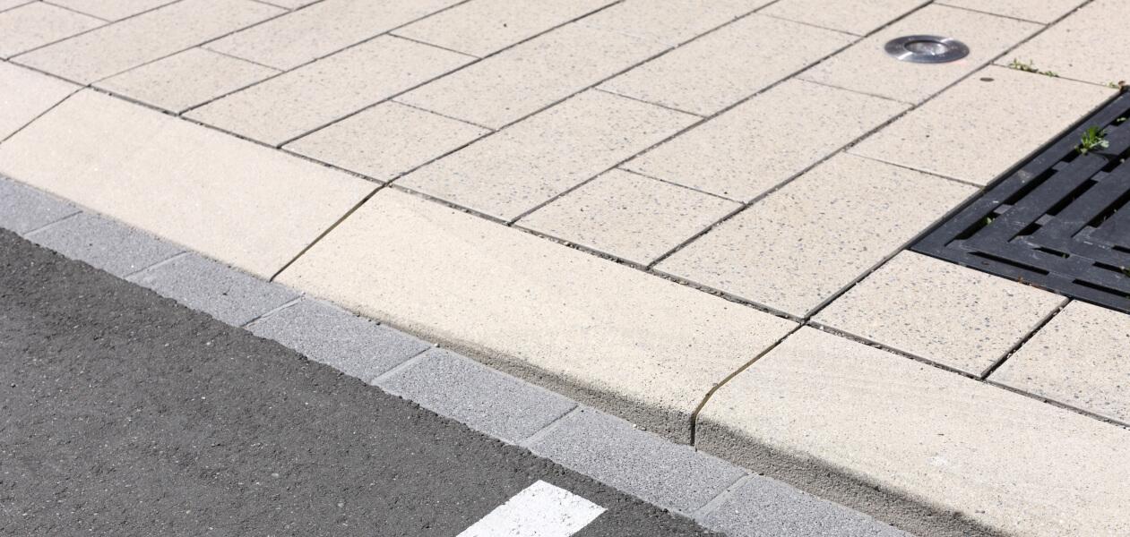 Rollstuhl-Überfahrtstein