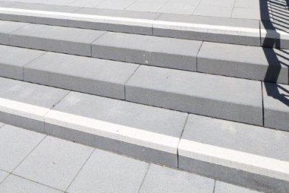Blockstufen mit Kontraststreifen Atzelbergplatz