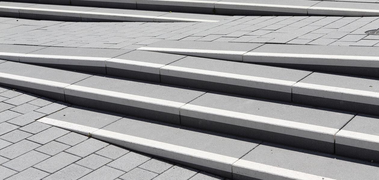 Stufen mit Kontraststreifen