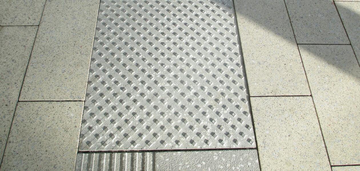 Gefräste Blindenleitplatten
