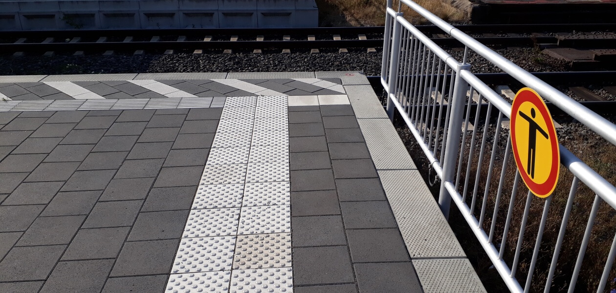 Taktile Bodenindikatoren / Begleitstreifen