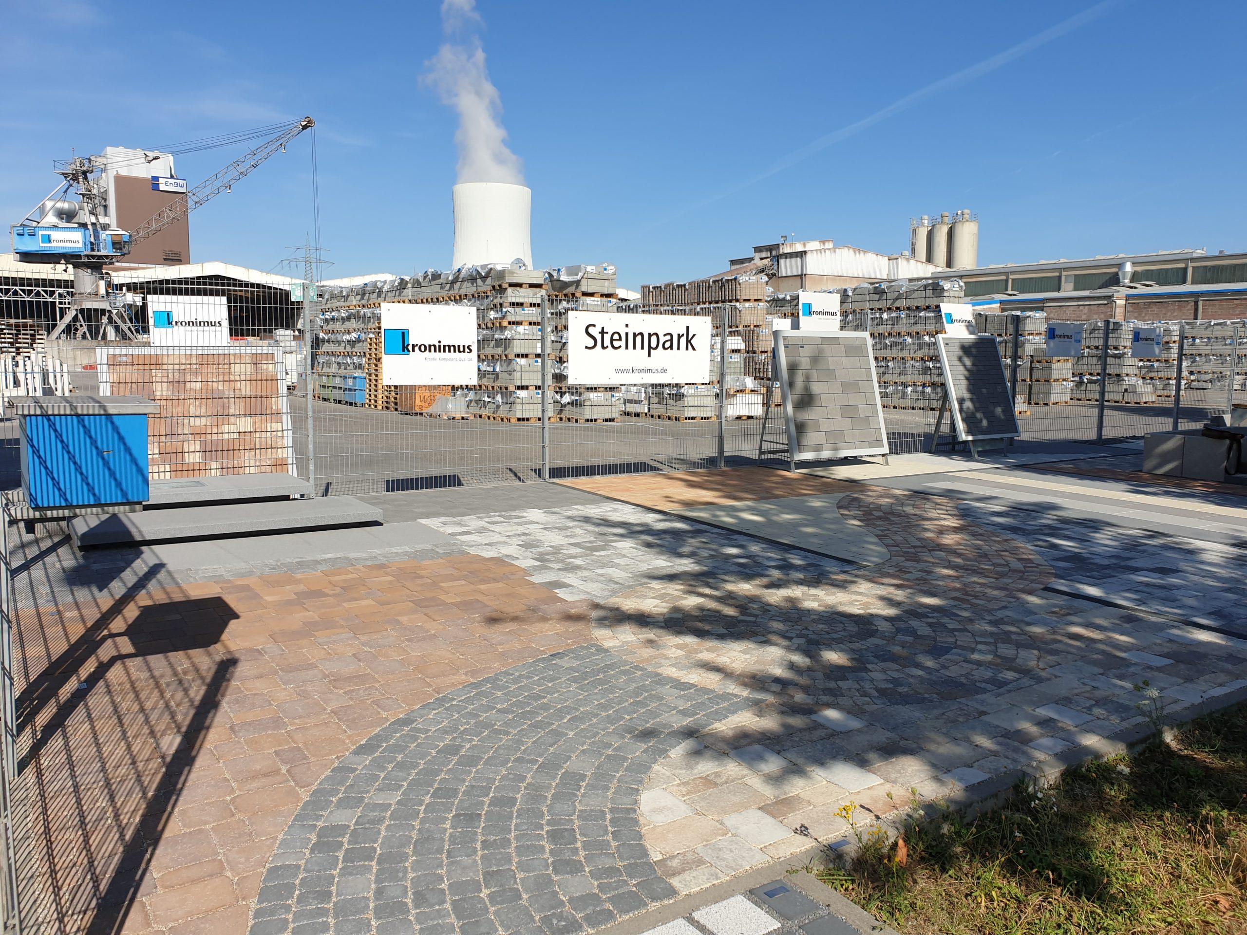 Eingang des Steinparks der Kronimus AG am Standort Heilbronn mit vielen Pflastersteinen.